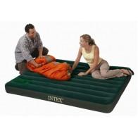 Geräumiges Luftbett für zwei Personen mit integrierter Fußpumpe