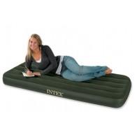 Kleines Luftbett mit eingebauter Fußpumpe für eine Person